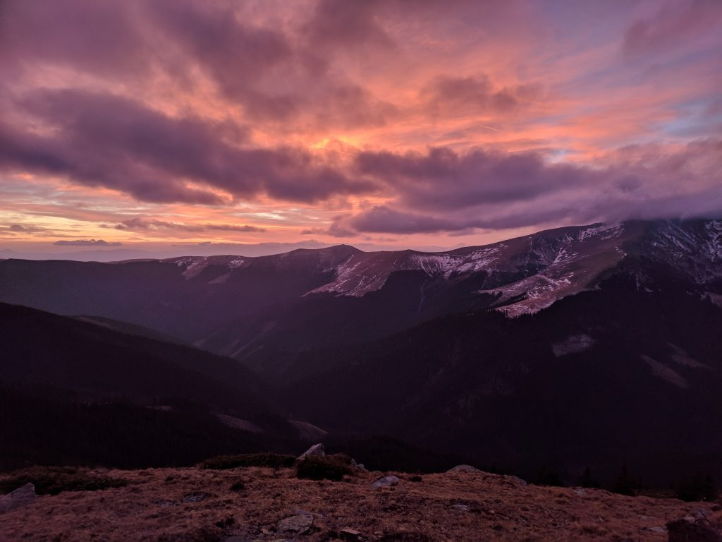 Apus tomnatic peste Munții Făgăraș
