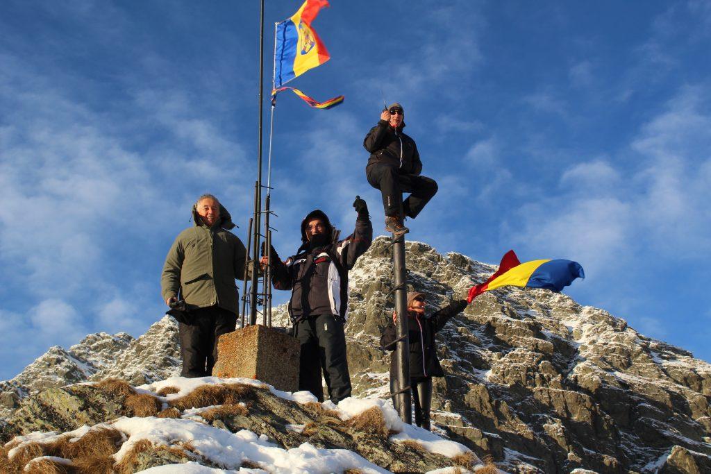Drapelul României la Cota 2000 Salvamont - Argeș