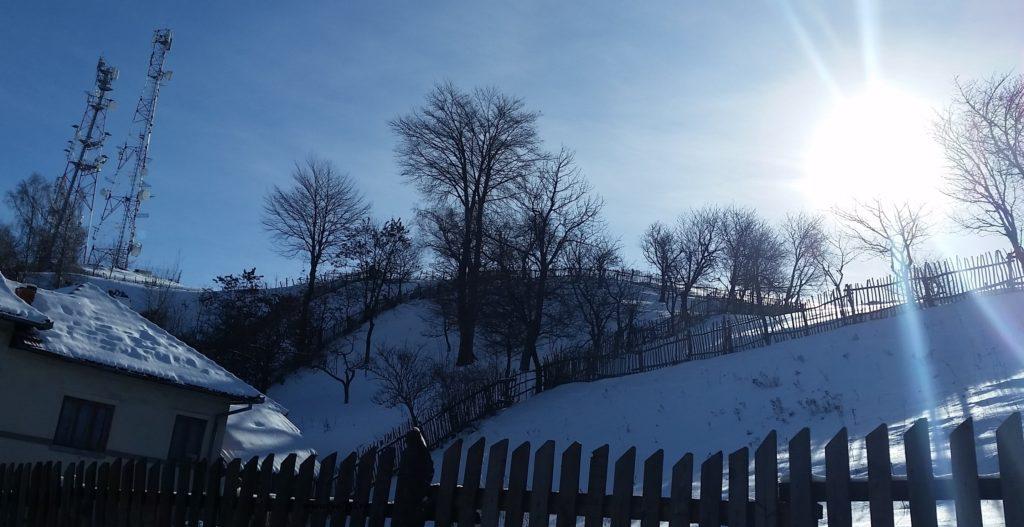 Spre soare prin zăpadă troienită