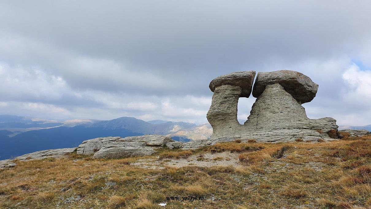 Printre nori spre Monumentul Eroilor de pe Muntele Caraiman