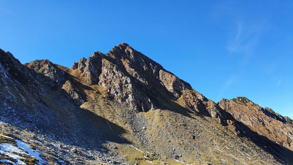 Pastel de toamnă cu munte și mare